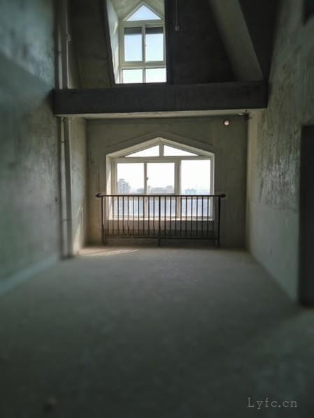 奥体国际花园毛坯4房/2厅/2卫朝南好房230万